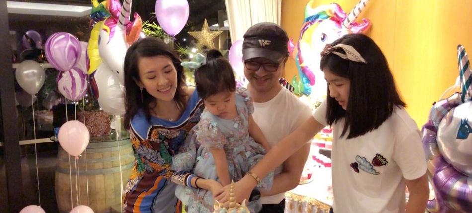 章子怡与女儿秀幸福 醒宝长大不少和妈妈越长越像了
