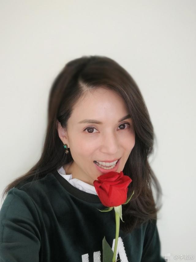 姑姑 李若彤新年晒美照送祝福,手持玫瑰人比花娇