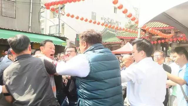 """蔡英文春节祈福 遭""""拔菜人士""""近身怒骂""""无耻、下台"""""""
