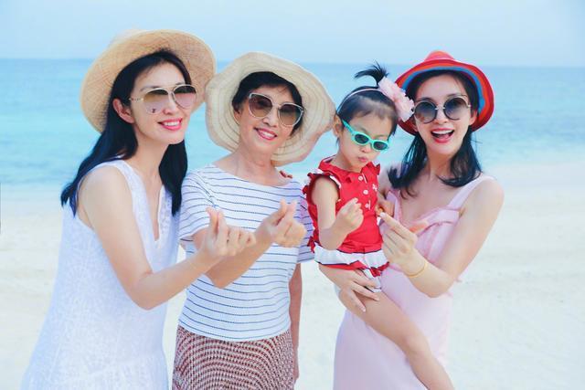 李冰冰分享女版全家福,姐妹俩傻傻分不清,祖孙三代都是美人胚子!图片