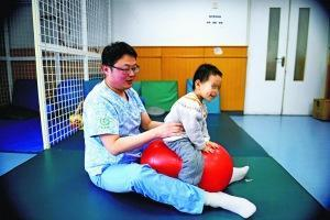 儿童医院康复师多年坚守:孩子能正常跑跳就值了