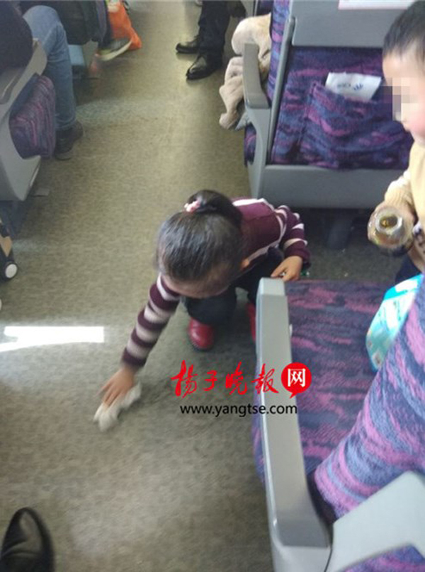 5岁女孩主动擦净被弟弟弄撒在车厢的饮料 同行者点赞
