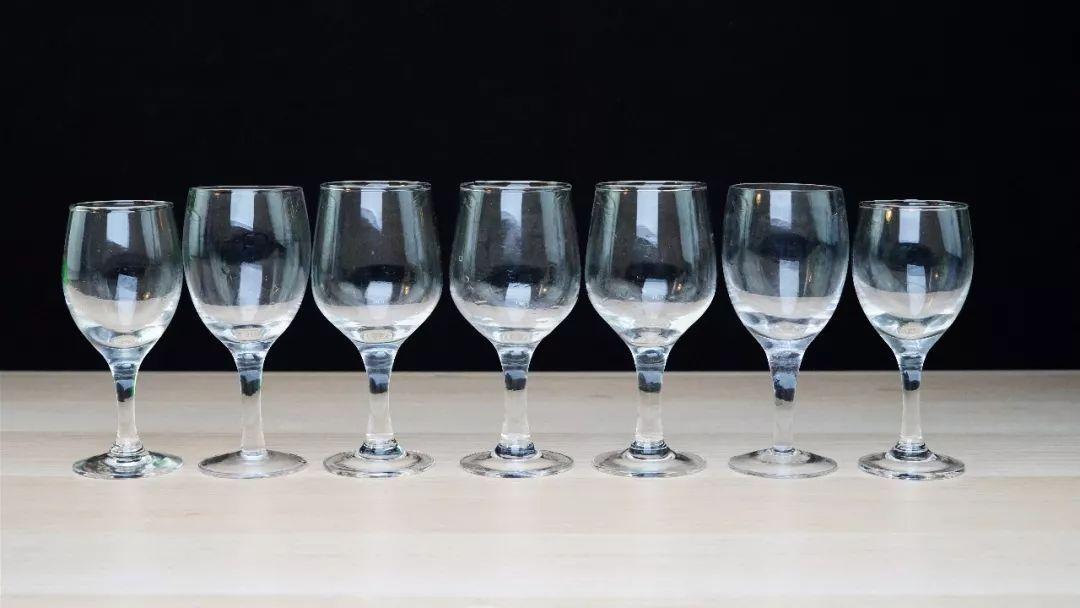 装有水的红酒杯摆成一排,接下来的音乐实在太动听图片
