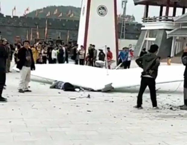 突发!玉林一景区滑翔机坠地,现场一人死亡、一人受伤