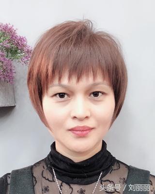 短发,气质十分好,刘海做了三角形块状染发,更添时尚度 2018最新中年图片