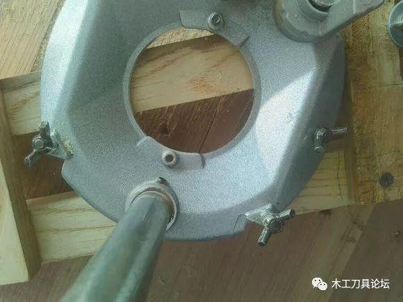 兩根方木上面安兩個可調寬度的木板做個木工雕
