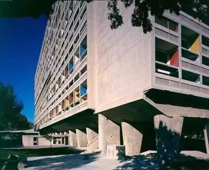 架空_文化 正文  比方说为了一层的采光,柯布西耶的建筑都是底层架空,马赛