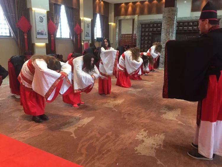 六合彩开码瑞士游学团在汉城湖穿汉服过别样春节