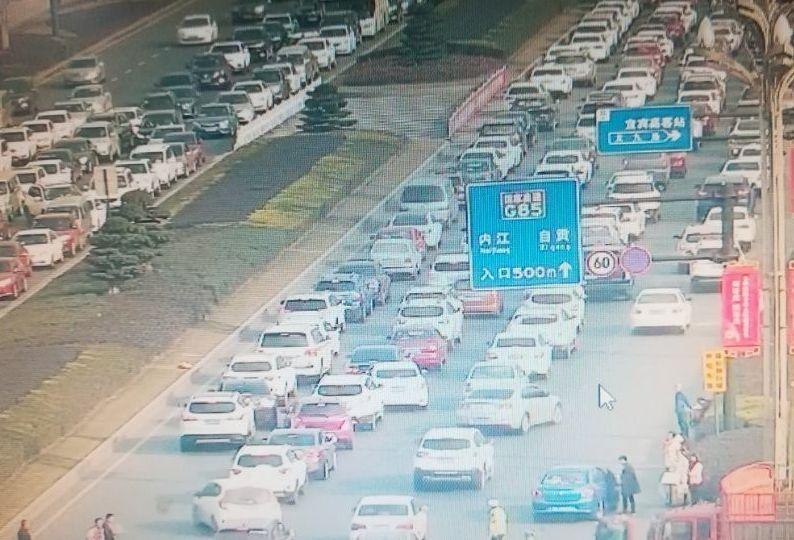 宜宾高速出口都将会是这样   回宜宾的小伙伴们   车车车车   车车车车   公路瞬间变成了公共停车场