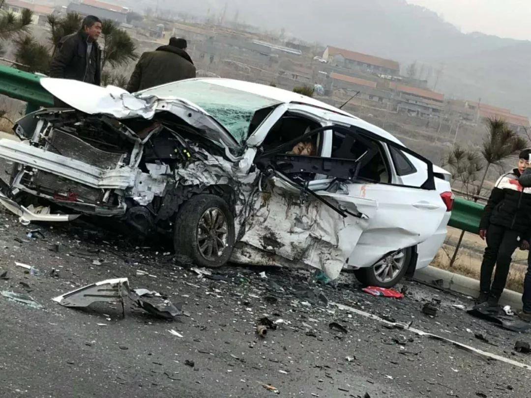 行唐车祸_日照发生一起惨烈车祸,两车迎头相撞.