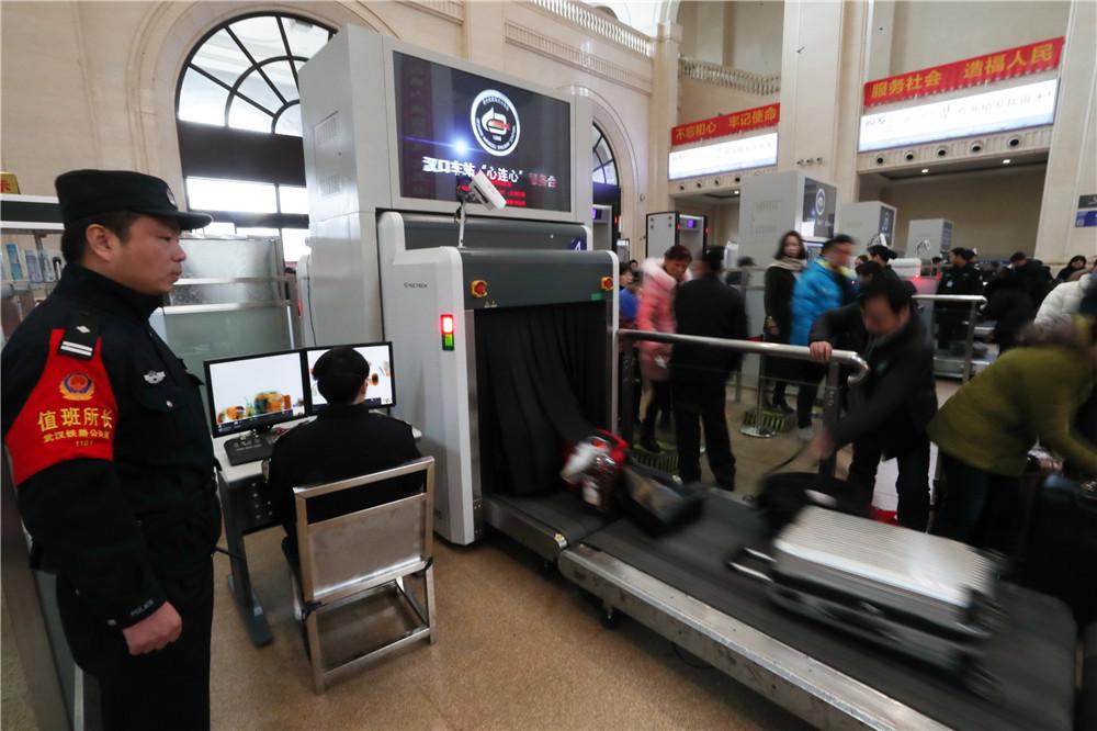 两千武汉铁警迎战客流高峰  全力确保客流高峰平稳有序