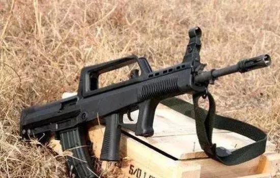 在射击武警工作人员这场戏中,看到使馆手持95式自动步枪培训恐怖气功救援健身教程图片