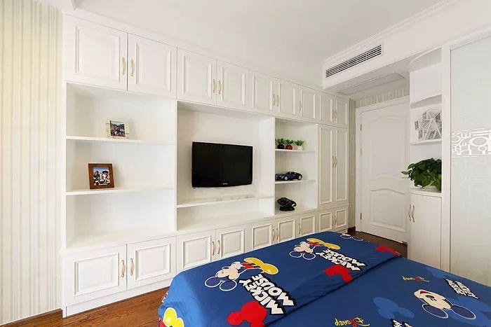 房的设计很有创意,竖条纹壁纸在灯光下显得很唯美,靠窗边打造了小书桌图片