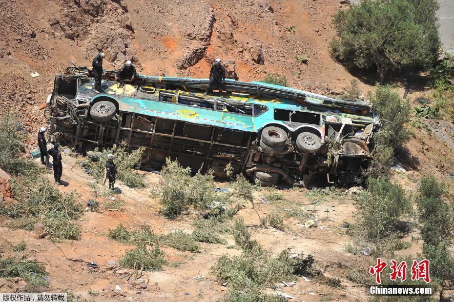 秘鲁一双层大巴坠入深谷 已致44人丧生