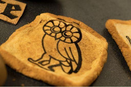 将自己手掌的形状与纹路雕刻在发酵好的面团上