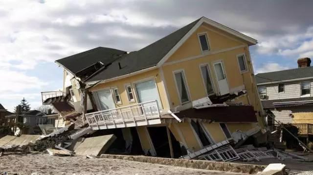 本地震坍塌的砖混房屋