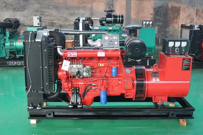 玉柴350kw柴油发电机 玉柴350kw柴油发电机的优点: 1、热效率 玉柴350kw柴油发电机采用的是压缩空气的方式去提高空气的温度,这样可以让空气的温度超过柴油的自燃燃点,这个时候再加入柴油、柴油喷雾和空气混合的时候就可以自己点火燃烧。所以柴油发电机是不需要点火的,它的热效率比较高,可靠性也比较好。 2、经济性好 使用玉柴350kw柴油发电机组比较经济,它消耗的能源比较低,再者,汽油的价格本来就比柴油要贵一些,所以使用柴油发电机会比较的经济。柴油发到电机组中的柴油比压缩比非常的高,因为它是不受爆燃的