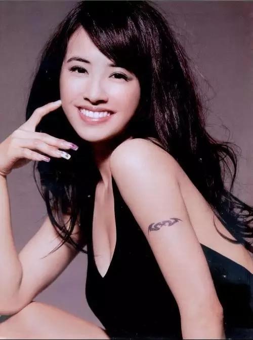 蔡依林手臂上的纹身是她的第一个纹身,很多粉丝都觉得好看又特别,纷纷图片