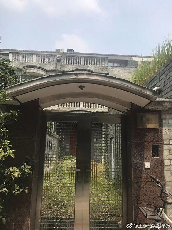 """""""豪车成群、豪宅成排、古董成堆"""",扬州退休官员父子被实名举报"""