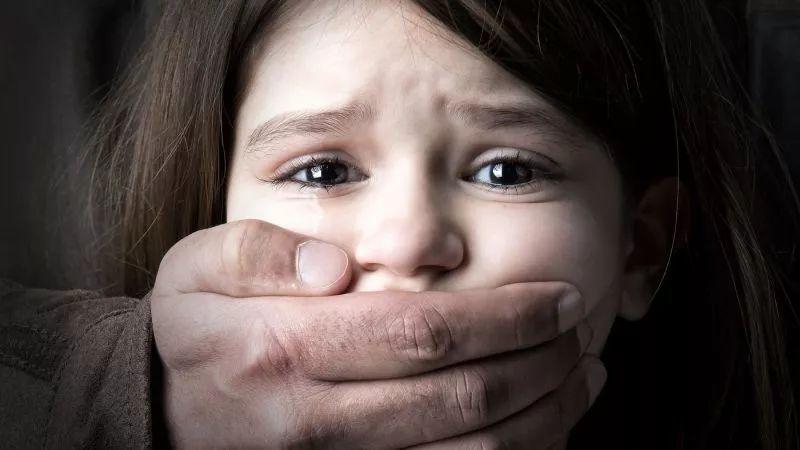 父亲幼女乱来_peter更加肆无忌惮,在受害者父亲多次警示的情况下,依然试图猥亵幼女.