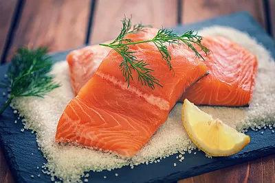 01 预防心脏病,癌症 鲑鱼是世界上珍贵的鱼种,也叫三文鱼,鳟鱼,大马