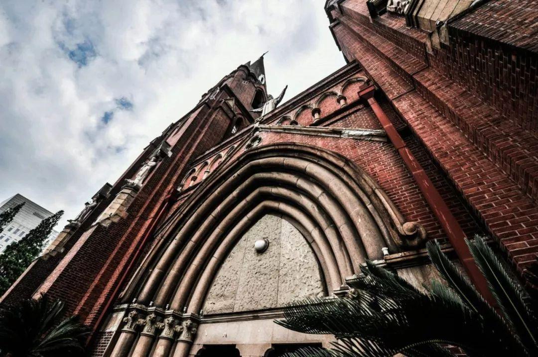 大堂顶部两侧是哥特式钟楼,尖顶,高50米.图片