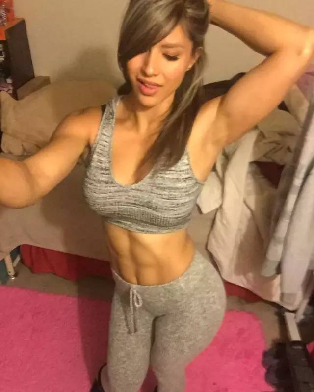 555撸_挺举,大负重深蹲,29岁的她撸铁比男人还厉害!