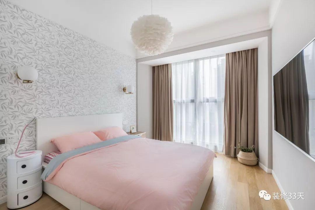 次卧空间心爆棚,壁纸字体搭配浅色白色,粉色床与淡背景床品,羽毛macui少女v空间图片