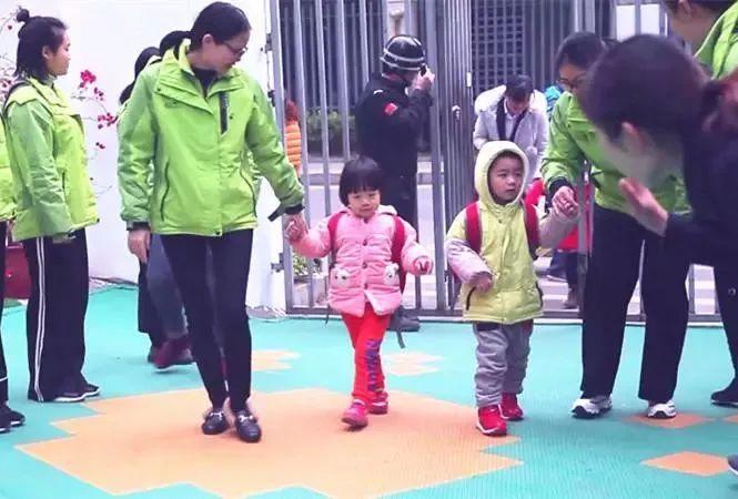 教师按当天晨间活动安排,准备好幼儿活动所需物品. 4.