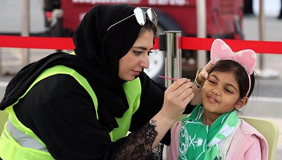 沙特首度允许女性参军 男性监护制度仍有待废除