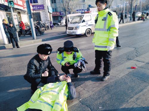 老人被撞倒 等待急救车时一幕幕暖心事上演了