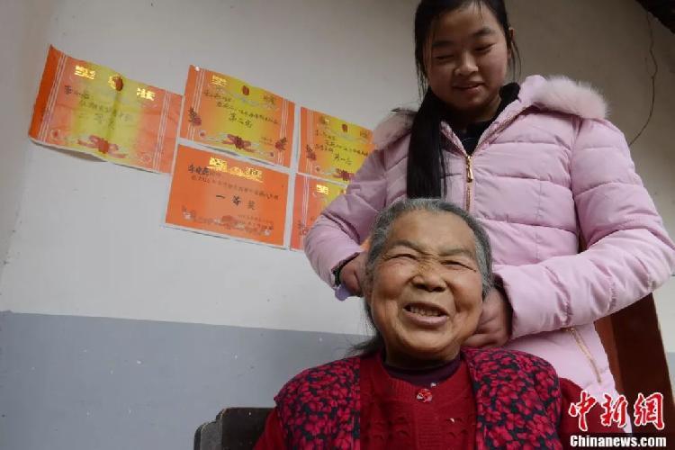 背上奶奶行走2000多公里,仪陇留守女孩的一番话感动众人…
