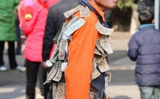 男子身上贴满纸币在大街上闲逛,路人纷纷围观,有人出千元收藏