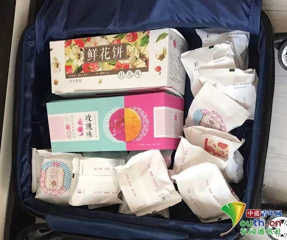 """大学生开学返校晒""""父母装的行李箱"""" 满满全是爱!"""