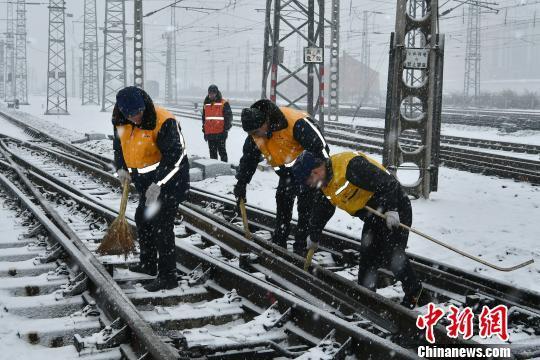辽宁、吉林遭大到暴雪 公路、航空受阻铁路客流激增