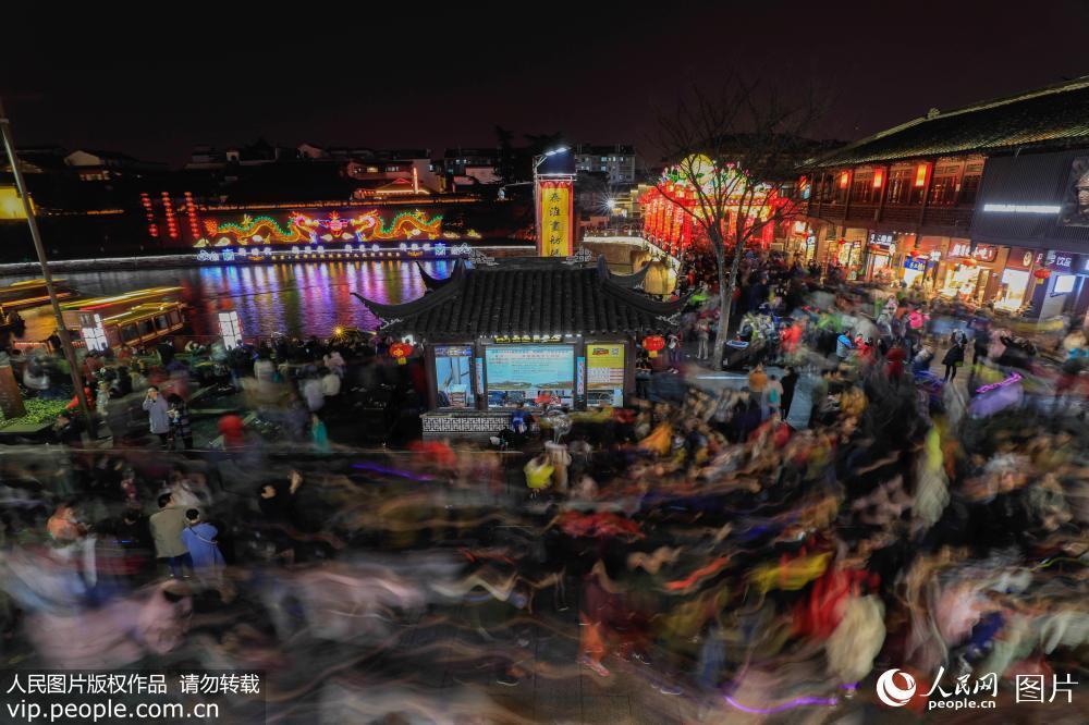 南京夫子庙灯会迎来客流高峰