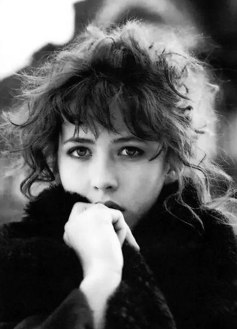 来自法国的致命吸引力,她全身上下都散发着优雅的随性图片