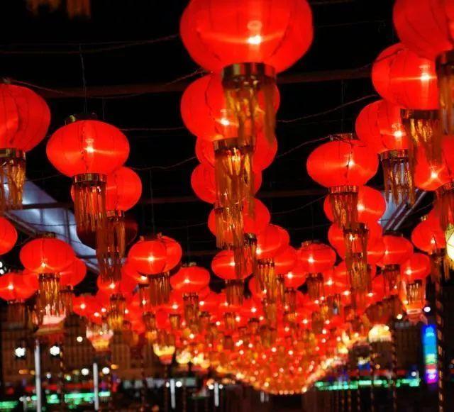 中国灯笼又称为彩灯,是一种古老的传统工艺品。带上你的家人一起来到美妙的灯笼世界,能亲手制作年味十足的灯笼,带回家作为特别的纪念,别有一番意义! 新的一年, 一个元气满满的新年向您招手, 快来一起制作宫灯吧! 各种原料都为您准备好了, 就差您的光临了!