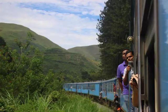 一个开挂的民族,火车汽车都没有门,上下车都靠跳,堪比春运