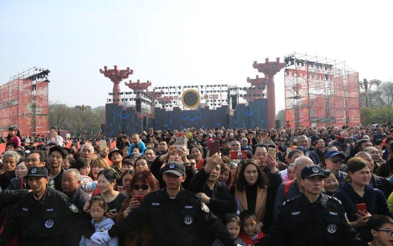 明天,跟小薇一起,去大唐不夜城体验最中国的元宵节!