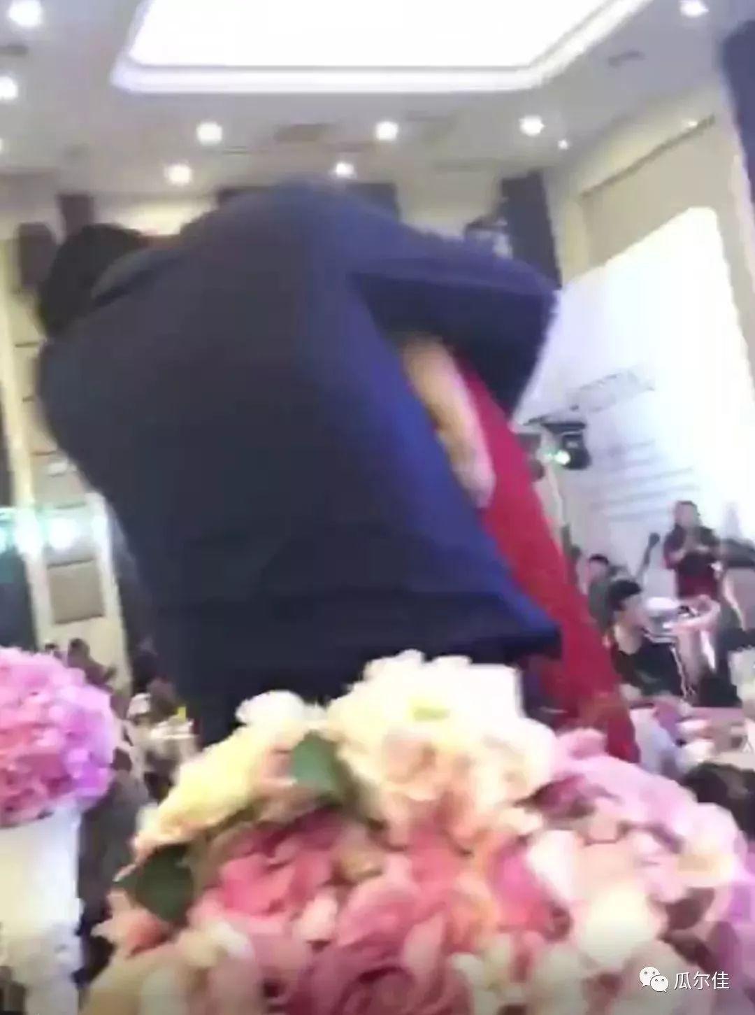 婚礼现场公公强吻儿媳,全场起哄!还有更尴尬的吗?