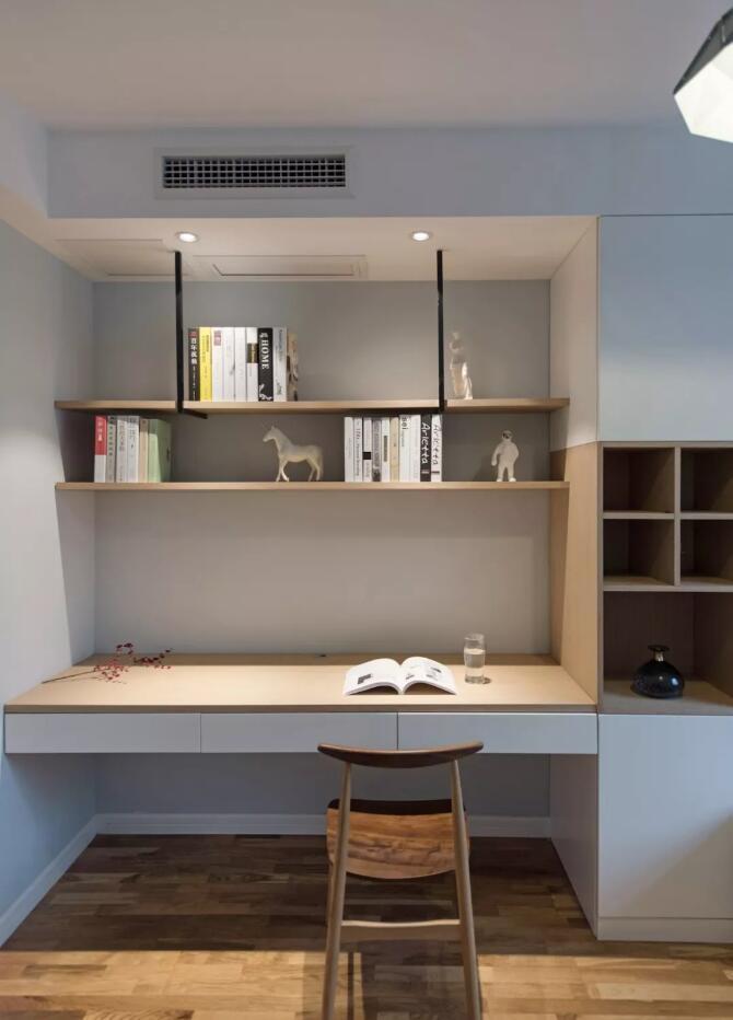 男孩房同样以整体木作形式呈现,书桌书架连接榻榻米床架,营造一个图片