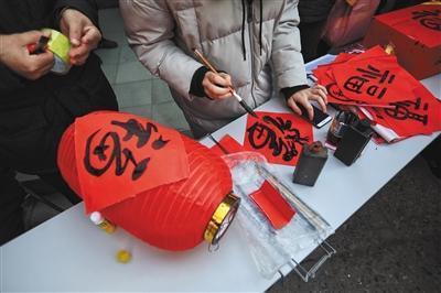 昨日,东四四条,胡同居民在自制灯笼.新京报记者 王嘉宁 摄图片