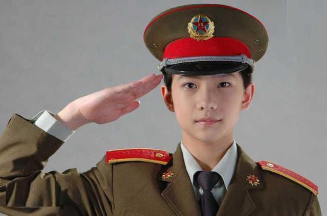 杨洋军人照片_杨洋曾是一名响当当的军人,敬军礼动作标准,也是红肩章的骄傲
