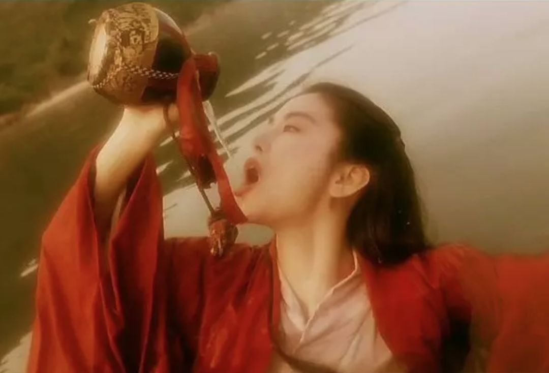 笑傲江湖�9�gz,,_△电影《笑傲江湖之东方不败》中,东方不败与令狐冲恣意饮酒,潇洒