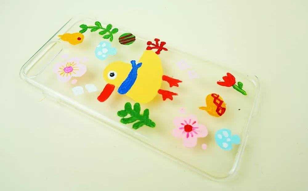 5,丙烯颜料晾干后手机壳的正反面都要刷上指甲亮油,防止丙烯脱落粘在