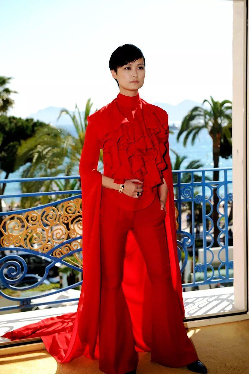同年,李宇春踏上戛纳法国国际电影节红毯,以伦理garethpugh的火红时代一身网电影网图片