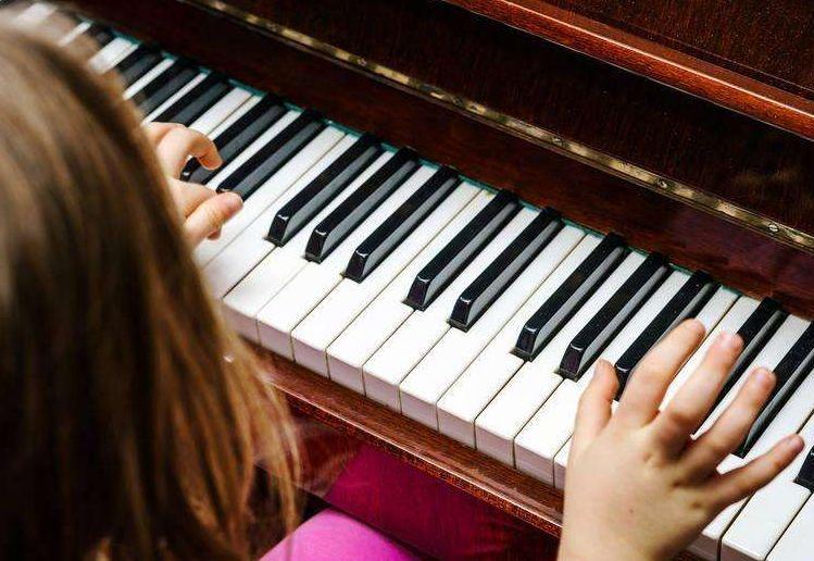 从不玩电子产品,8岁女孩却近视600度!竟是这种乐器惹祸……