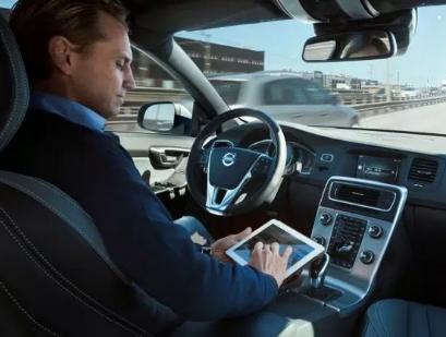 """特斯拉自动驾驶出事故,""""无人时代""""的来临是否为时尚早?"""