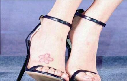 雅诺秀发现杨颖脚上的樱花纹身,纯粹的美图片